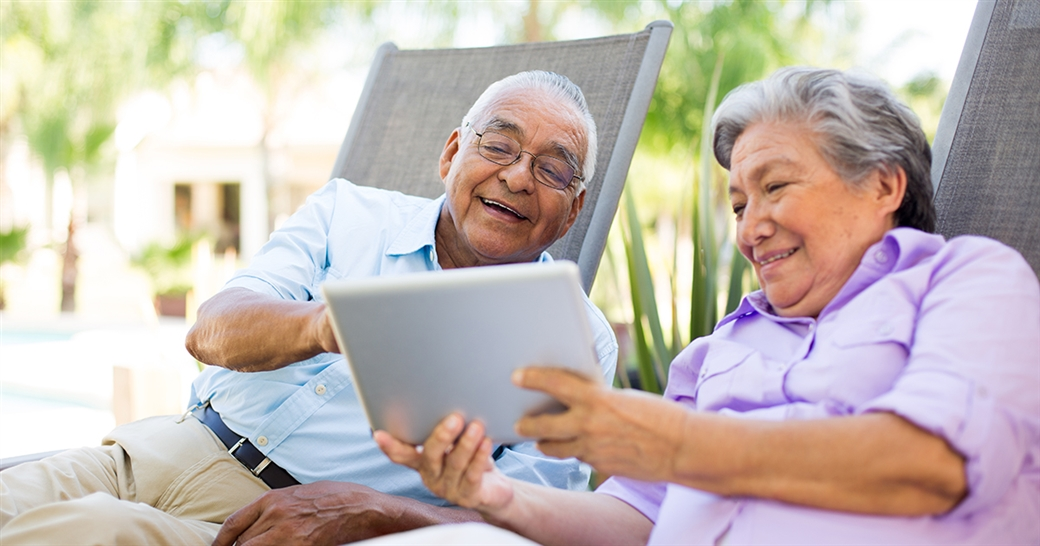 medicare couple looking at plans